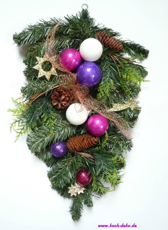Weihnachtlich dekorierter tannenzweig lila wei - Christbaumkugeln lila ...